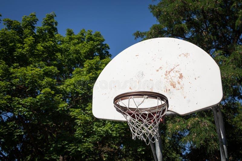Cerchio di pallacanestro ad un parco fotografie stock libere da diritti