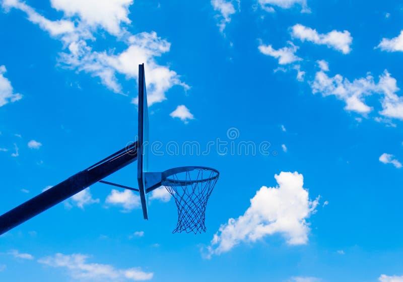 cerchio di pallacanestro con il cielo nuvoloso fotografie stock