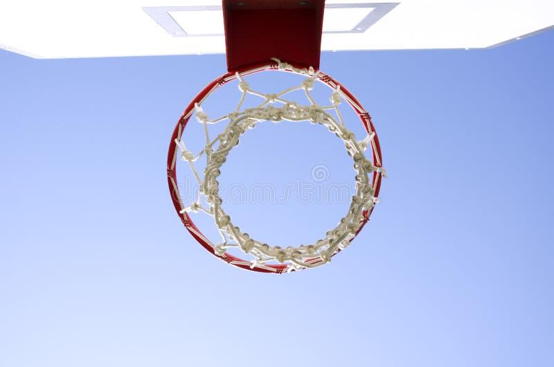 Cerchio di pallacanestro contro cielo blu Canestro sul campo sportivo all'aperto fotografia stock libera da diritti