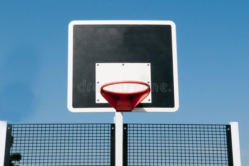 Cerchio di pallacanestro fuori con il fondo del cielo blu immagini stock