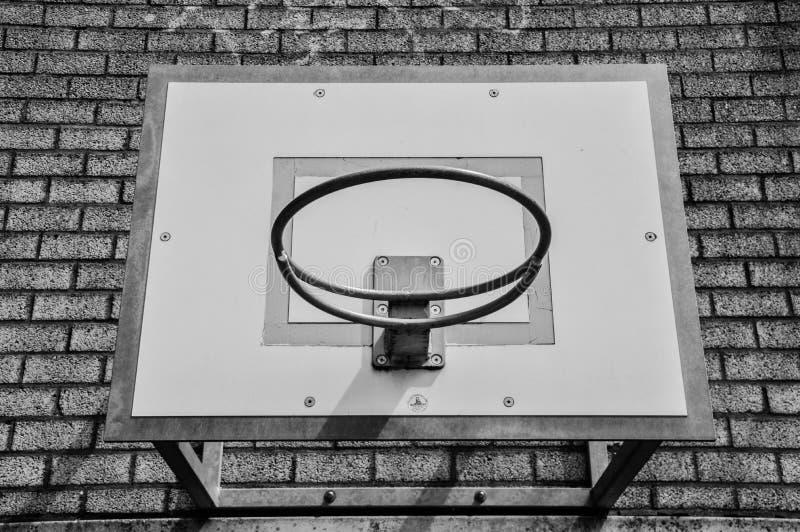 Cerchio di pallacanestro su una parete in bianco e nero fotografia stock libera da diritti