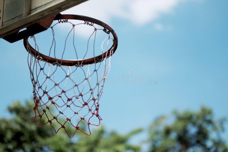 cerchio di pallacanestro sul cielo blu di estate fotografia stock libera da diritti