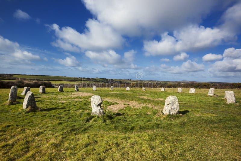 Cerchio di pietra neolitico Cornovaglia Inghilterra delle ragazze allegre fotografie stock