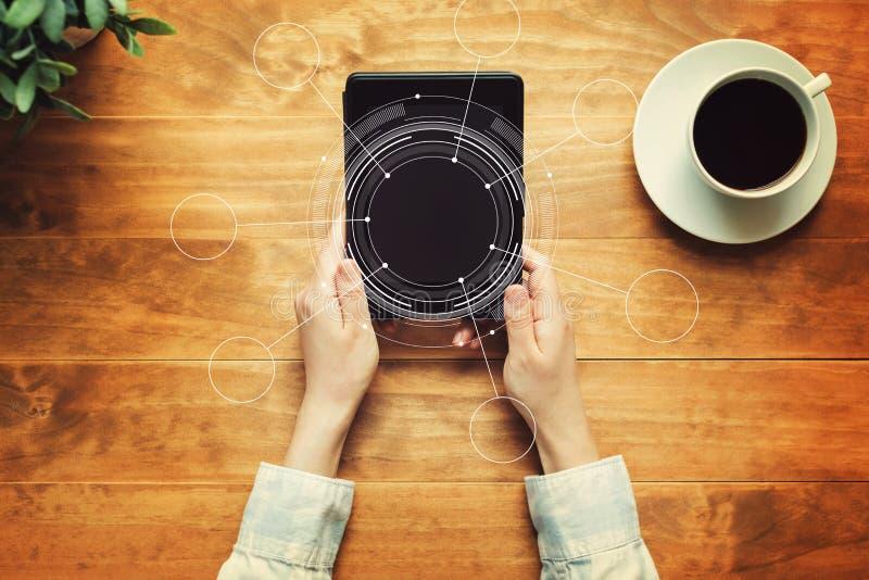 Cerchio di tecnologia con una persona che tiene una compressa fotografia stock libera da diritti