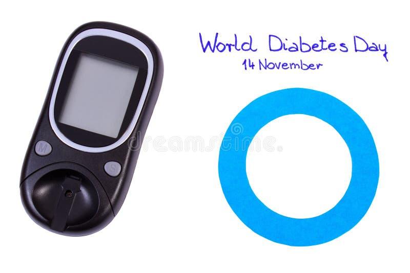 Cerchio e glucometer blu su fondo bianco, simbolo della giornata mondiale del diabete fotografia stock