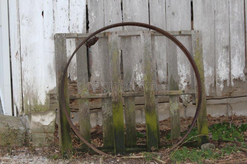 Cerchio e pallet arrugginiti immagine stock