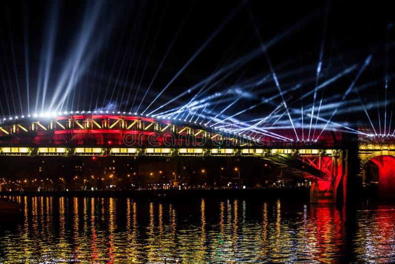 Cerchio internazionale di festival di luce Manifestazione di video tracciato del laser sul ponte a Mosca, Russia fotografia stock libera da diritti