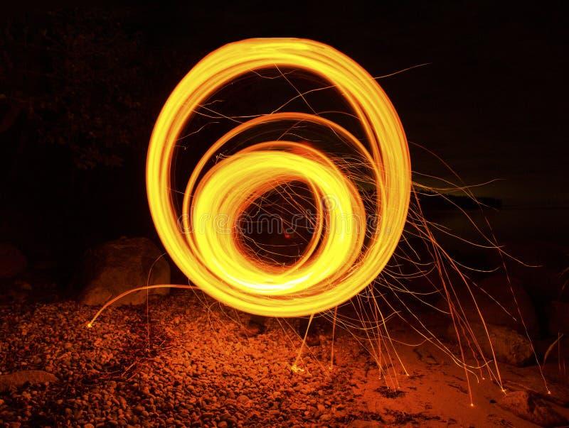 Cerchio rotondo del fuoco lungo di esposizione che ipnotizza filatura immagini stock libere da diritti