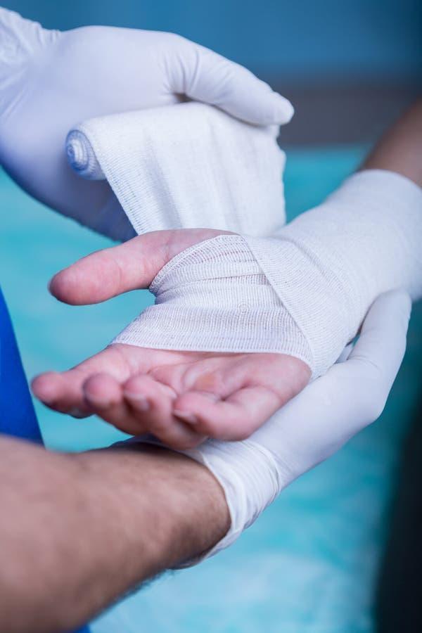 Cerclage du bras du patient photos stock