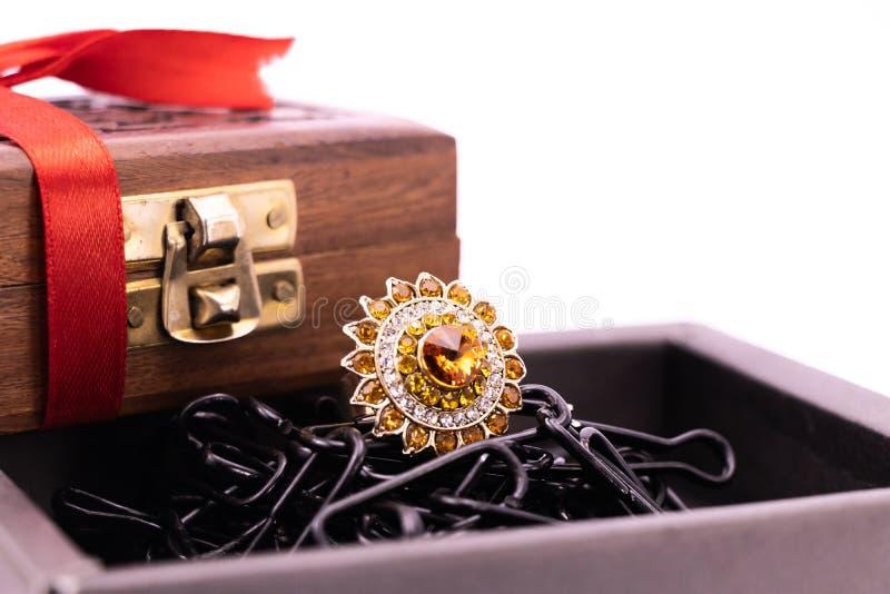Cercle à cocktails dans une boîte noire et boîte cadeau en bois avec ruban rouge sur fond blanc Concept de cadeaux pour les bijou photographie stock libre de droits