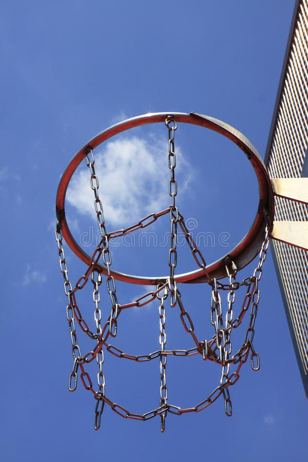 Cercle de basket-ball à un ciel bleu photographie stock libre de droits