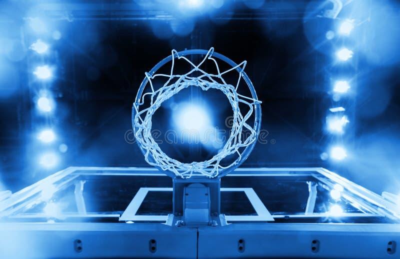 Cercle de basket-ball dans une arène de sports (bleu modifié la tonalité) image stock