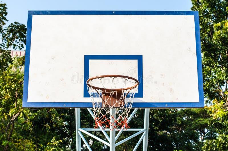 Cercle de basket-ball et une cage image libre de droits