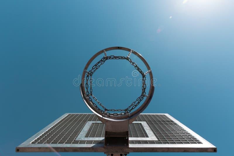 Cercle de basket-ball de rue contre le ciel bleu image stock
