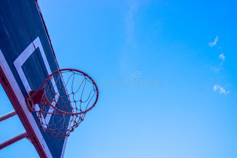 Cercle de basket-ball sur le ciel bleu photographie stock