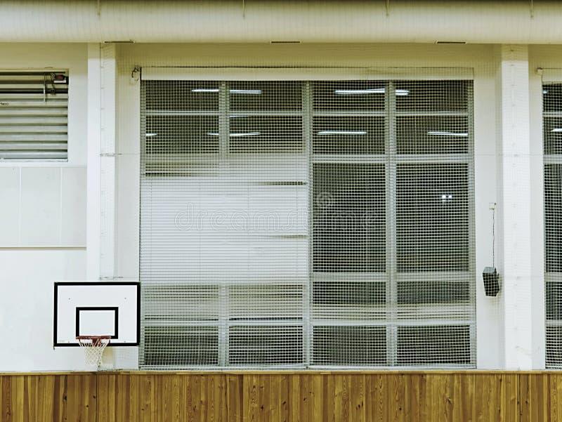 Cercle de boule de panier au terrain de basket vide, hall de mise en communication photos stock