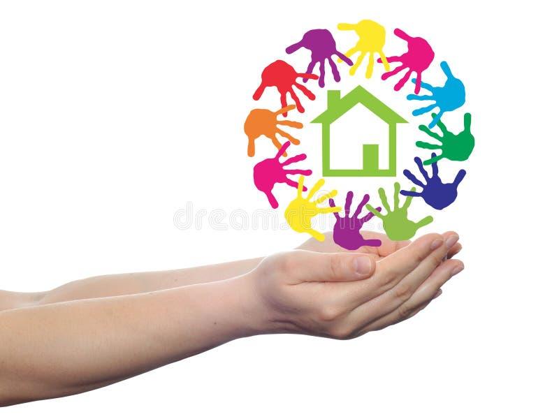 Cercle de concept des mains, symbole de maison verte images libres de droits