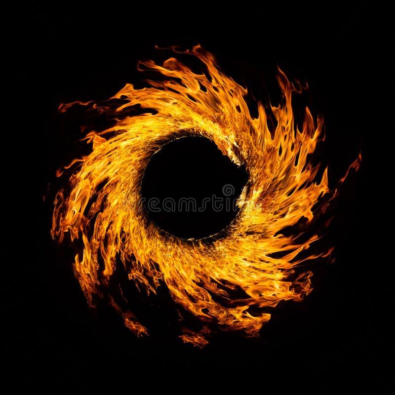 Cercle de flambage de flammes sur le fond noir image libre de droits