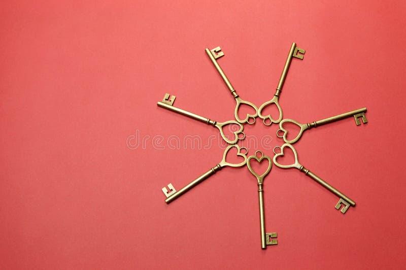 Cercle des clés d'or de forme de coeur - horizontales. photos libres de droits