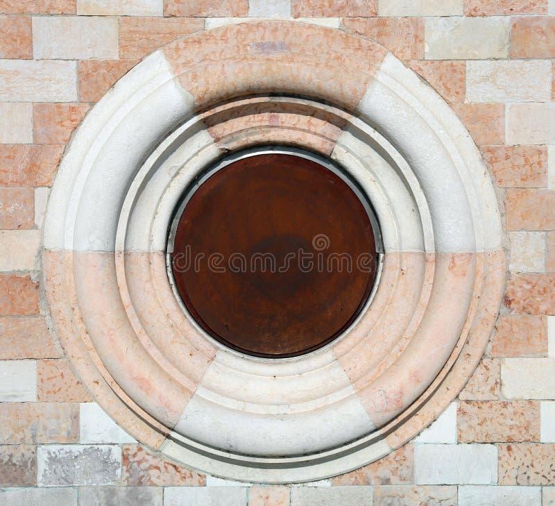 Cercle en pierre et de marbre sur le bâtiment historique en Italie photo libre de droits