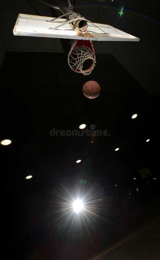 Cercle et bille de basket-ball photographie stock libre de droits