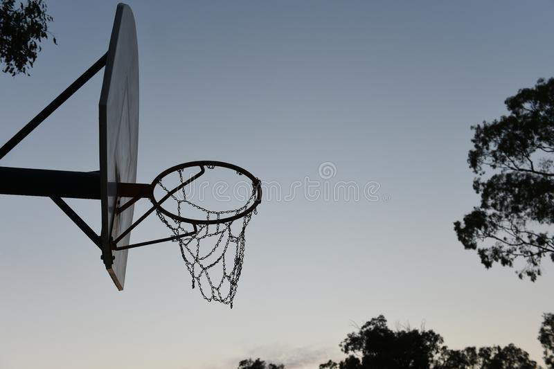 Cercle, filet et panneau arrière de basket-ball de silhouette image stock