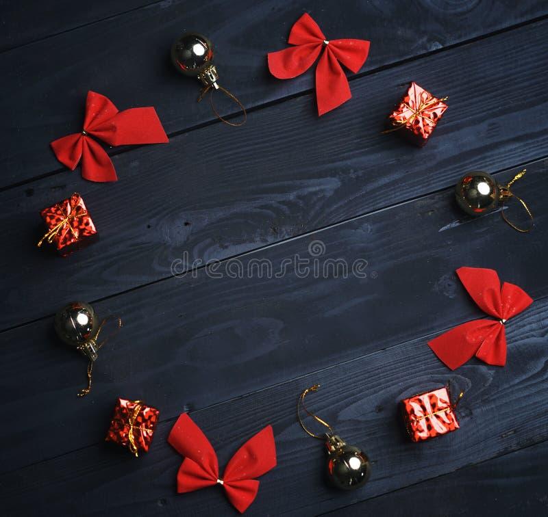 Cercle formé par ornement de Noël sur la texture en bois noire principal vi photos libres de droits