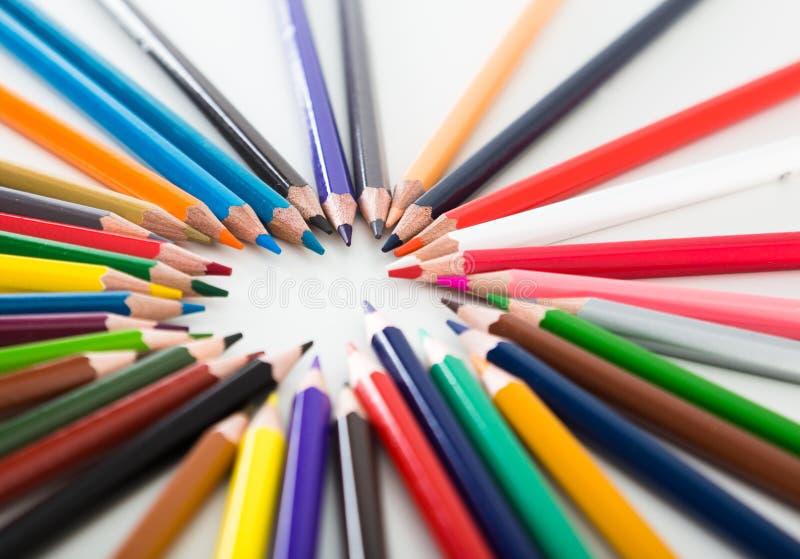 Cercle menteur coloré de crayons image libre de droits