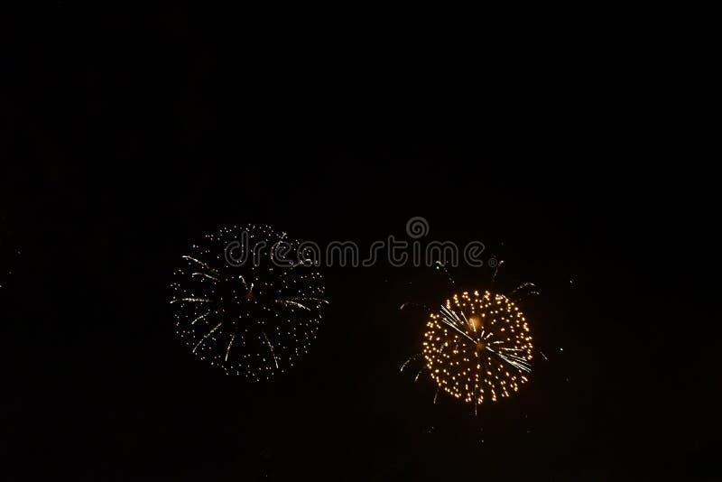 Cercles parfaits provoqués par des feux d'artifice image libre de droits