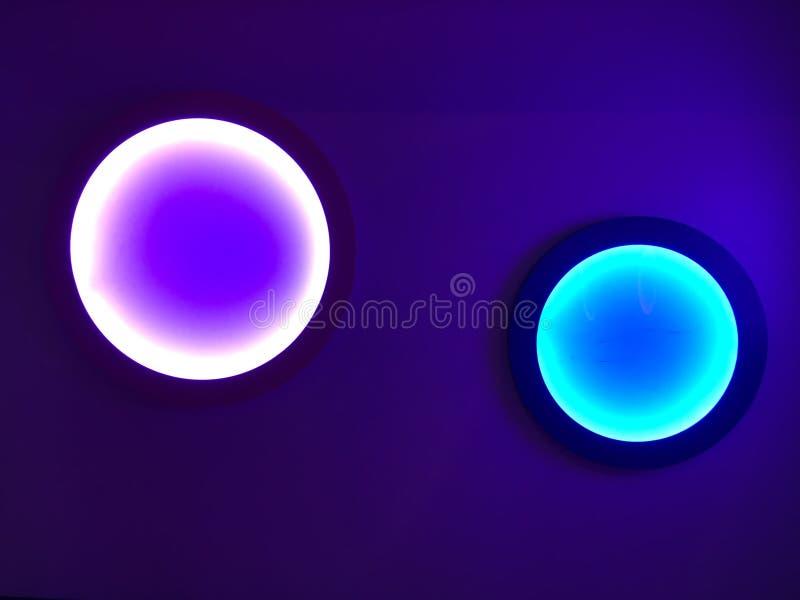 Cercles posés sur bleu-foncé image libre de droits