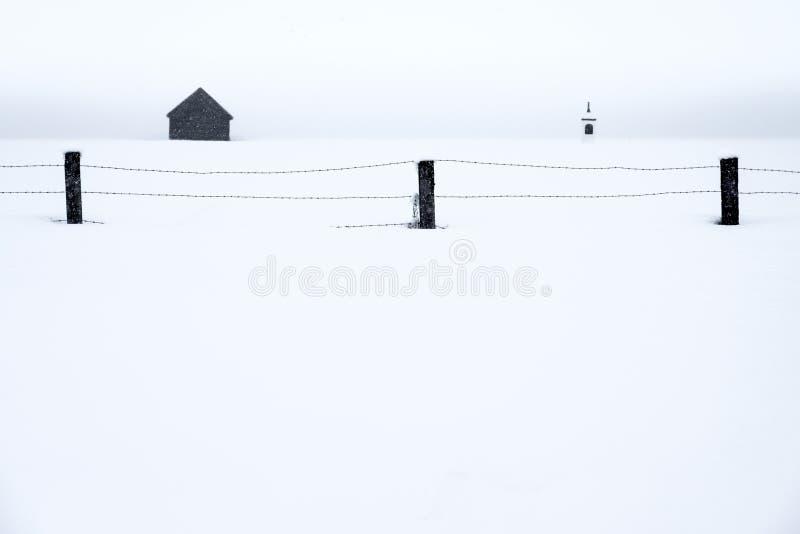 Cerco agrícola na paisagem nevado fotografia de stock