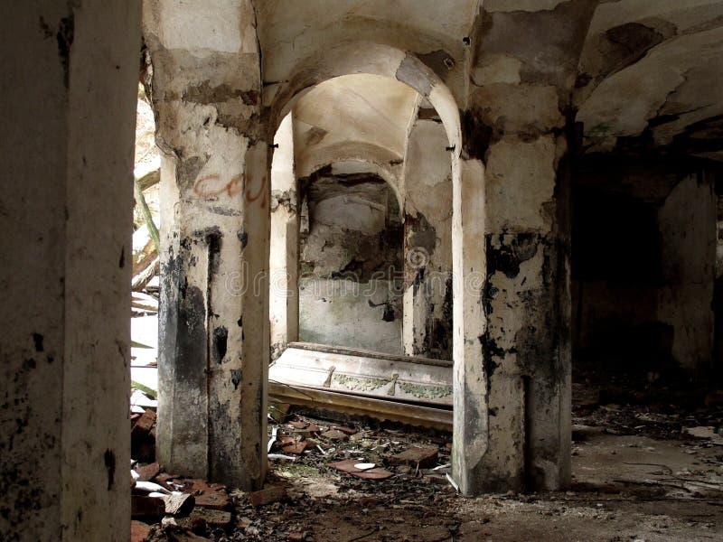 Cercueil abandonné image libre de droits