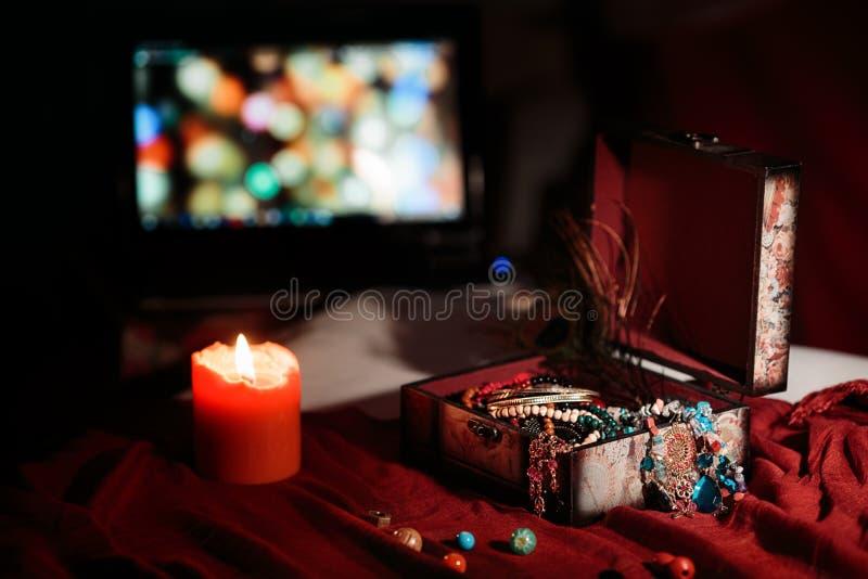 Cercueil avec des bijoux faits main à côté des bougies sur la table photo libre de droits