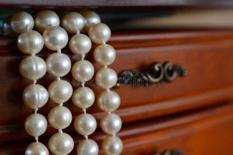 Cercueil avec un collier des perles de rivière Boîte en bois, asket de  de Ñ pour images libres de droits