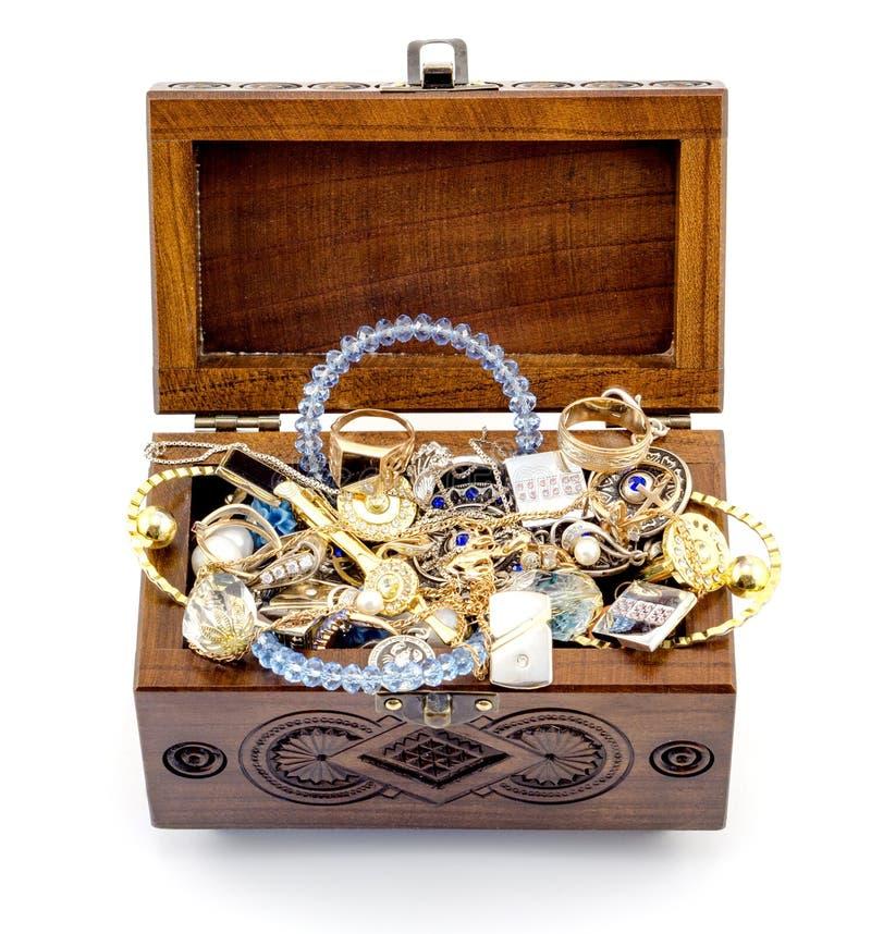 Cercueil découpé par bois ouvert de cendre fait main avec des bijoux d'isolement photo stock