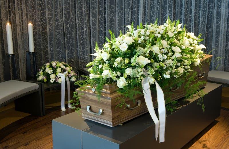 Cercueil dans la morgue photos stock