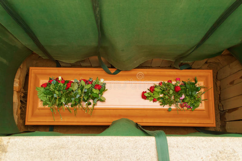 Cercueil dans la terre image stock