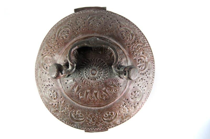 Cercueil fleuri de laiton en métal de cru photographie stock