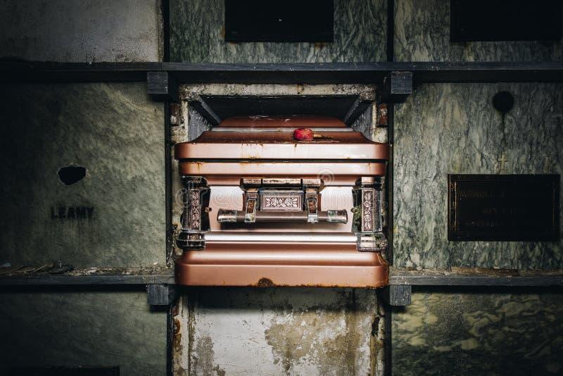 Cercueil - mausolée abandonné - Rhode Island images libres de droits