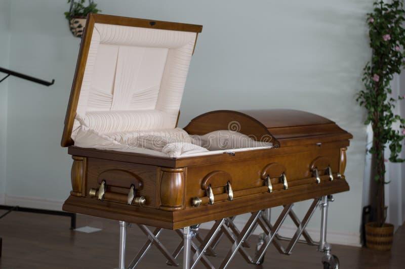 Cercueil ouvert dans les pompes funèbres abandonnées images libres de droits