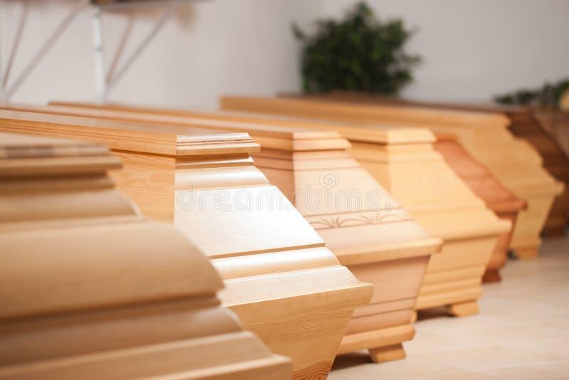 Cercueils dans le système de l'entrepreneur de pompes funèbres photo libre de droits
