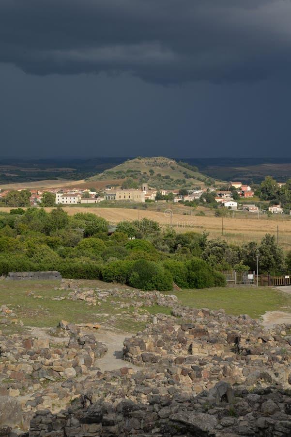 Cerdeña, Italia Paisaje rural por el tiempo dramático fotografía de archivo