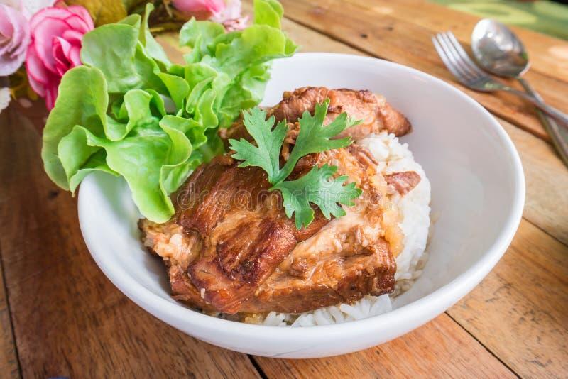 Cerdo cocido con arroz en el cuenco, estilo tailandés de la comida fotografía de archivo