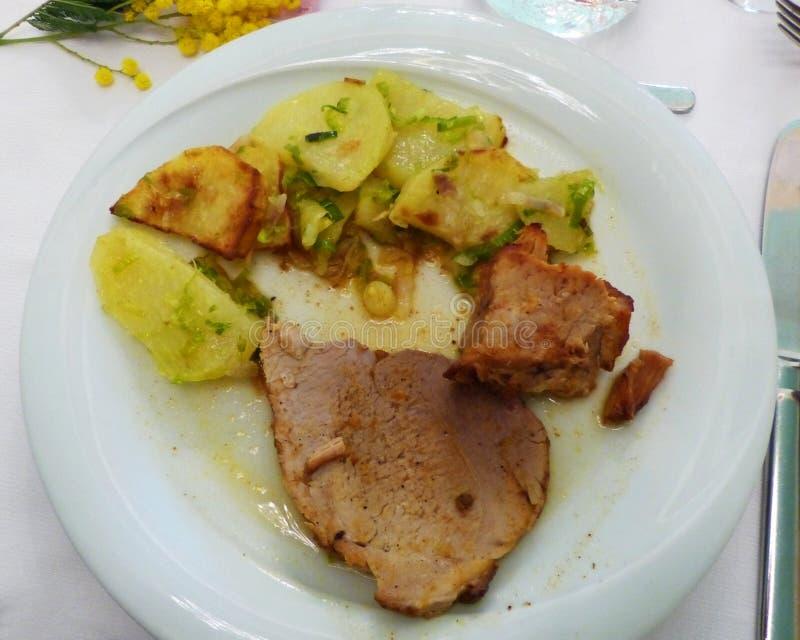 Cerdo de carne asada con las patatas fotos de archivo libres de regalías