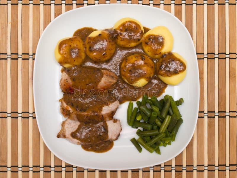 Cerdo de carne asada en salsa con las bolas de masa hervida silesias fotografía de archivo libre de regalías