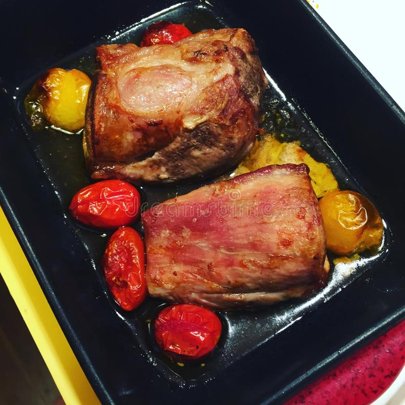 Cerdo de carne asada y mini tomates imagen de archivo libre de regalías