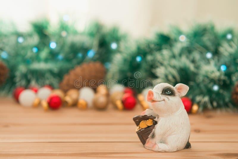 Cerdo de cerámica con la caja de dinero en el CCB de los ornamentos y de las luces de la Navidad imágenes de archivo libres de regalías