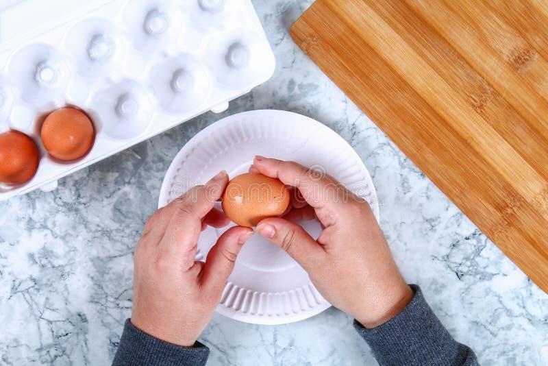 Cerdo de Diy de los huevos Taller cómo hacer un cerdo de un huevo hervido pintado en las remolachas del caldo rellenas con el rel fotografía de archivo