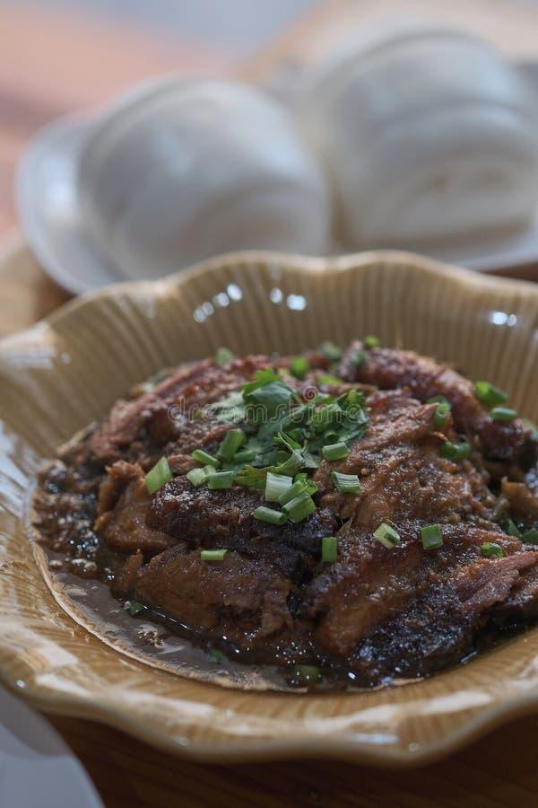 Cerdo de Dong po con el bollo cocido al vapor del mantou fotografía de archivo