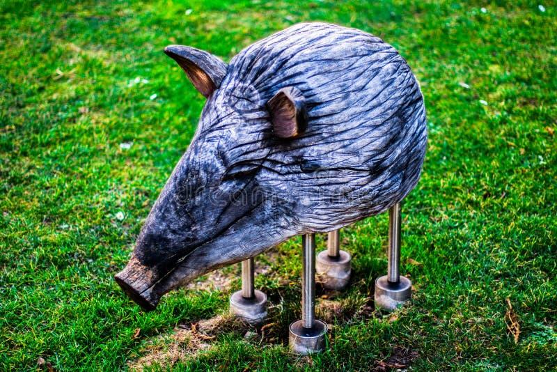 Cerdo de madera en un parque vienés fotos de archivo